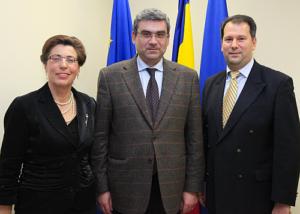 Bogdan Bucur (în dreapta) alături de Elena Ştefoi, ambasadoarea României în Canada şi Teodor Baconschi, ministrul român de Externe