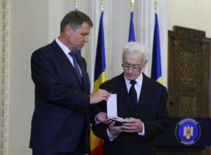 Președintele Iohannis îl decorează pe Octav Bjoza, președinte al Asociației Foștilor Deținuți Politici din România